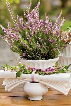 Flores delicadas em recipientes de porcelana. #casamento #flores