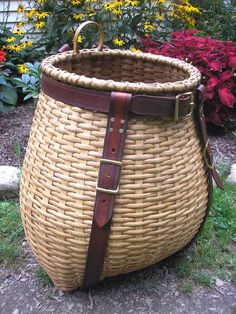 Adirondack pack baskets are made of woven ash Art Deco Furniture, Fine Furniture, Rustic Furniture, Red Basket, Bamboo Basket, Basket Weaving Patterns, Mochi, Basket Crafts, Walnut Table