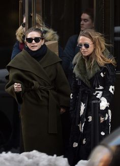 - Mary-Kate & Ashley take a smoke break outside their office in New York - 001000619 283429 - OlsensObsessive.Com Gallery // Your number one resource for everything Mary-Kate and Ashley Olsen Mary Kate Ashley, Mary Kate Olsen, Elizabeth Olsen, Fashion Line, Star Fashion, Women's Fashion, Olsen Fashion, Olsen Twins Style, Olsen Sister