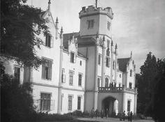 Takto vypadala zámecká část léčebného ústavu ve Vráži u Písku v roce 1949. Dnes...