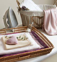 Detalle de cestas de mimbre en planchador. Cestas
