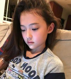 Taeri ve Park Jimin'in devam eden hikayesi. Young Japanese Girls, Beautiful Japanese Girl, Beautiful Little Girls, Cute Little Girls, Beautiful Children, Cute Kids, Ulzzang Kids, Ulzzang Korean Girl, Cute Korean Girl