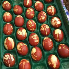 "Yuka Naeさんのツイート: ""卵に植物を貼り付けて玉ねぎの皮と一緒に茹でるとこの様になるようです。ルツェルンの朝市より。… """