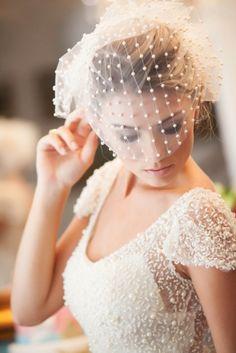 Noiva romântica com voilette bordado em pérolas  Graciella Starling - http://www.vestidadenoiva.com/graciella-starling-douceur