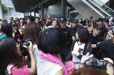 1,000 fans le dan la bienvenida a Junsu en el aeropuerto de Hong Kong : __ Generacion Kpop Radio __