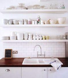 Avohyllyt keittiössä