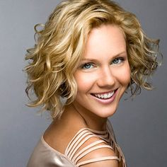 Best Short Haircuts and Hairstyles Chin-Length Curls. This all-one-length cut is perfect for lucky girls with natural curls or waves. This all-one-length cut is perfect for lucky girls with natural curls or waves. Best Short Haircuts, Short Hairstyles For Women, Pretty Hairstyles, Bob Hairstyles, Short Curly Hair, Short Hair Cuts, Curly Hair Styles, Curly Bob, Short Curls