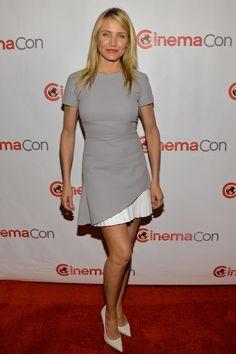 """""""Cameron Díaz apuesta esta semana por un diseño de Victoria Beckham. La actriz confía en este look de corte deportivo con aires noventeros de falda asimétrica que completa con zapatos de salón de Saint Laurent."""""""