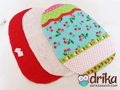 Recorte uma vez em cada tecido e na manta acrílica, de forma que o molde caiba nestas peças e fique com uma borda de 1 cm aproximadamente.
