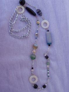 collana con catena, pietre dure, madreperla e piccolo teschio....