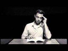Hombre lee mientras es estimulado por un Juguete Sexual