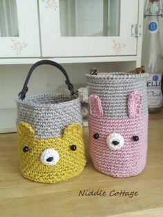날씨가 점점 더워지면밖에나갈때 시원한 물을 챙길때가 많지요~보냉병은 무거워서 작은 생수병을 얼렸다가 ... Crochet Case, Crochet Girls, Knit Crochet, Crochet Basket Pattern, Knit Basket, Crochet Patterns, Basket Organization, Crochet Home Decor, Bottle Cover