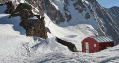 """BIVACCO A. OGGIONI - E' situato al colletto del Disgrazia """"in un ambiente severo d'alta montagna"""" a 3151 m."""