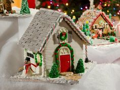5 Gingerbread House Ideas (http://blog.hgtv.com/design/2012/12/10/5-gingerbread-house-ideas/?soc=pinterest)