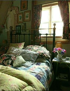 english cottage vintage style bedroom Check Out 27 Fabulous Vintage Bedroom Decor Ideas To Die For. Vintage bedrooms aren't only for girls but they are often very feminine: with lace, refined furniture, floral-patterned textiles and ruffles. Vintage Bedroom Styles, Vintage Bedroom Decor, Vintage Decor, Vintage Bedrooms, Vintage Bedding, Vintage Curtains, Antique Decor, Vintage Stil, Style Vintage