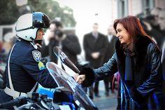 """La Presidenta saludo a un efectivo de la Policía Federal en la presentación del """"Plan Cinturón Sur"""" en la explanada de la Casa de Gobierno"""