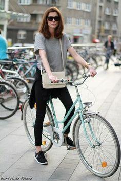 パーカを腰巻きした簡単なスタイルだけど、あか抜けて見えます!マネしたい自転車の着こなしです。