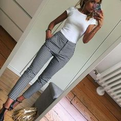 White fitted top Black and white slacks - Mode - Outfit Casual Work Outfits, Mode Outfits, Work Casual, Casual Work Clothes, Casual Work Outfit Winter, Fashionable Outfits, Casual Black Dress Outfit, Black Slacks Outfit, Casual Summer Evening Outfit