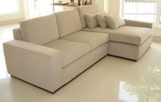 Muita gente escolhe os modelos de sofá chaise por este ser um item que pode oferecer muito conforto e comodidade para as horas de laser e descanso diante d