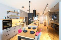 Kuchnia z wyspą - zobacz gotowy projekt wnętrza - Galeria - Dobrzemieszkaj.pl Malaga, Corner Desk, Conference Room, Table, Furniture, Home Decor, Living Room, Dots, Corner Table
