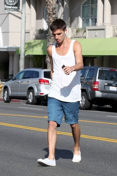 The Wanted Photos - Tom Parker from the Wanted listens to headphone while out and about in West Hollywood. - Tom Parker from the Wanted is seen out and about in West Hollywood Fashion Styles, Men's Fashion, Espadrilles Outfit, Tom Parker, Man Style, West Hollywood, Vests, Sexy Men, Toms