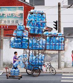 Carregador de água se tornou uma profissão de alto risco!