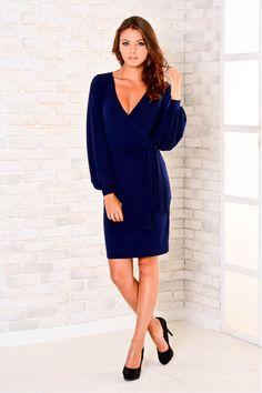 Темно-синее платье с модным V-образным вырезом и тканевым поясом на талии