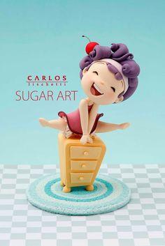 O artista argentino Carlos Lischetti trabalha com decoração de bolos em 1990. Confira!