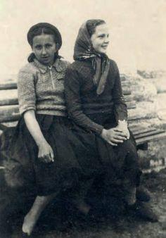 Danuta Siedzikówna ze szkolną przyjaciółką, Podlasie, lata trzydzieste Girl Fights, Women's History, Heroines, World War Two, Poland, Weapons, Portraits, Costumes, Vintage