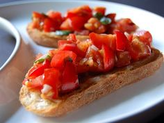 Bir İtalyan klasiği Bruşetta... Kızarmış ekmek,zeytinyağ ve sarımsak domatesle birleşince lezzeti dayanılmaz oluyor.