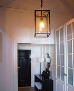 Venezia er en moderne og populær lampe serie med enkelt design som passer inn i mange stiler. Lampen er laget av metall og er pulvertlakkert i sort utførelse med glass skjermer. Home Decor, Decor, Fireplace