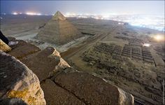 Some Russians secretly climbed the Pyramids and took this photo. but I was surprised at how close these ancient sites are to Cairo, as can be seen in this picture. Giza Egypt, Pyramids Of Giza, Ancient Egypt, Ancient History, Places Around The World, Around The Worlds, Great Pyramid Of Giza, Red Pyramid, Strange Photos