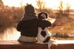madre hace tiernas fotos hijo con perro