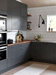 Et grått kjøkken er et moderne kjøkken. Kitchen Interior, Wood Countertops Kitchen, Kitchen Remodel, Kitchen Decor, New Kitchen, Kitchen Dining Room, Home Kitchens, Kitchen Renovation, Kitchen Design