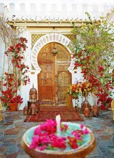 Grande porte avec plantes grimpantes