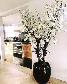 Vase Deco, Tree Branch Decor, Flower Arrangements Simple, Luxury Dining Room, House Plants Decor, Bedroom Plants, Luxurious Bedrooms, Interior Design Living Room, Decoration