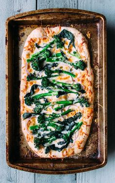 a super easy recipe for pizza with broccolini, red onion, mozzarella & parmesan cheese. because sometimes green vegetables want to party on your pizza too! Brocolini Recipes, Red Onion Pizza, Sweet Pizza, Salads To Go, Side Dish Recipes, Soup And Salad, Brunch Recipes, Vegetable Pizza, Food Inspiration