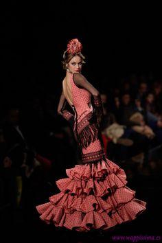 I like how they used the black trim on the bottom here. Flamenco Dresses, Flamenco Costume, Flamenco Dancers, Spanish Dress, Black Trim, Costume Design, Spain, Culture, Costumes