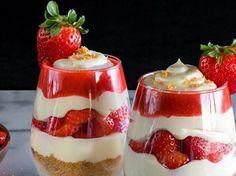Découvrez le parfait à la fraise, un dessert léger, délicieux et incroyablement simple à réaliser ! Desserts To Make, Delicious Desserts, Dessert Recipes, Yummy Food, Desserts Rafraîchissants, Dessert Food, Healthy Food, Strawberry Parfait, Strawberry Recipes