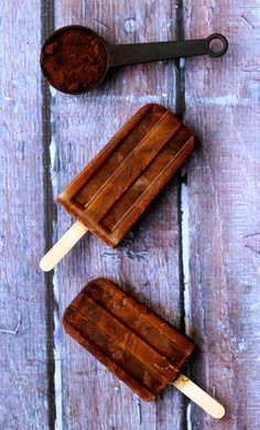 The perfect dessert for this balmy London summer - (vegan) cappuccino popsicles! Delicious Desserts, Dessert Recipes, Yummy Food, Frozen Desserts, Frozen Treats, Helado Natural, Dessert Aux Fruits, Gula, Coffee Dessert
