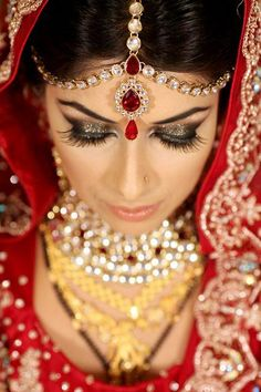 Bridal Jewelry Matha patti, Indian bridal jewellery, mathapatti - Indian wedding is an occasion where every one wants to look their best. Here are 100 beautiful pictures of Indian brides that will blow your mind. Bridal Makeup Looks, Indian Bridal Makeup, Bridal Looks, Wedding Makeup, Bridal Style, Asian Bridal Jewellery, Indian Jewelry, Bridal Jewelry, Gold Jewellery