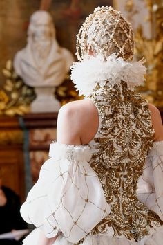 Queen-Alexander McQueen Fall 2013 RTW - Review - Fashion Week - Runway, Fashion Shows and Collections - Vogue - Vogue