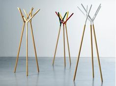Perchero de pie de madera GAME OF TRUST by Miniforms   diseño Yiannis Ghikas