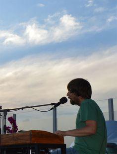 El Pau Vallvé acompanyant a la Maria Coma en el concert a la terrassa del Portal 22 de Valls