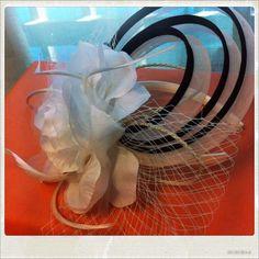 Porque la elegancia no está reñida con la sencillez #tocado #bodas #mujer #evento #fashion #chic #elegancia #fiestas