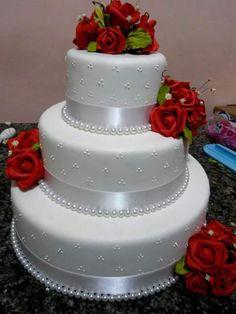 Znalezione obrazy dla zapytania bolos cenográficos para casamento com flores Wedding Cake Red, Wedding Cakes With Cupcakes, Elegant Wedding Cakes, Beautiful Wedding Cakes, Wedding Cake Designs, Beautiful Cakes, Cupcake Cakes, Pretty Cakes, Cute Cakes