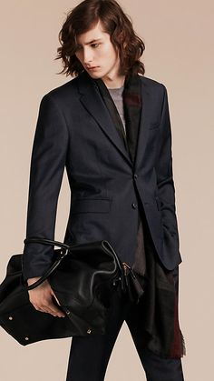 Created in Italy using an innovative technique, the fabric of this Burberry suit is 100% wool.