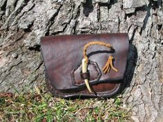 Etsy の Leather Belt Pouch Antler Cinch by HawkStudio Leather Belt Pouch, Leather Work Bag, Leather Purses, Leather Jewelry, Leather Craft, Leather Book Covers, Work Belt, Leather Bags Handmade, Leather Projects