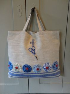 sewing bag - decorate any fabric bag with yo-yos. Patchwork Bags, Quilted Bag, Embroidery Bags, Handmade Purses, Handmade Fabric Bags, Craft Bags, Jute Bags, Linen Bag, Bag Making