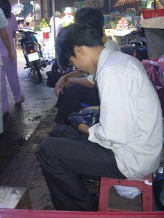 ベトナム、ホーチミン「2004年)  市場の中の靴磨きのお兄さん。